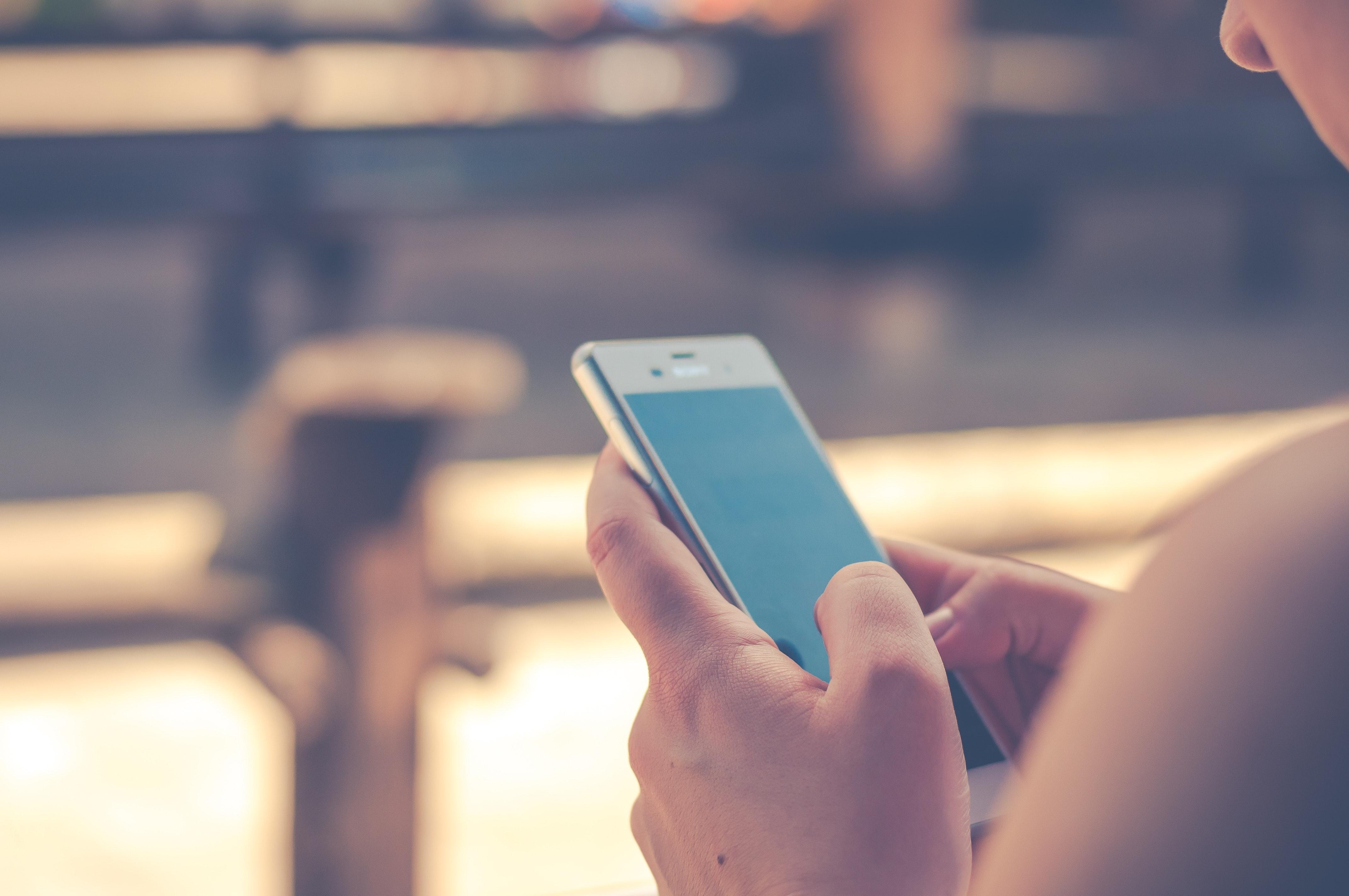 Kvinna använder Mobiltelefon