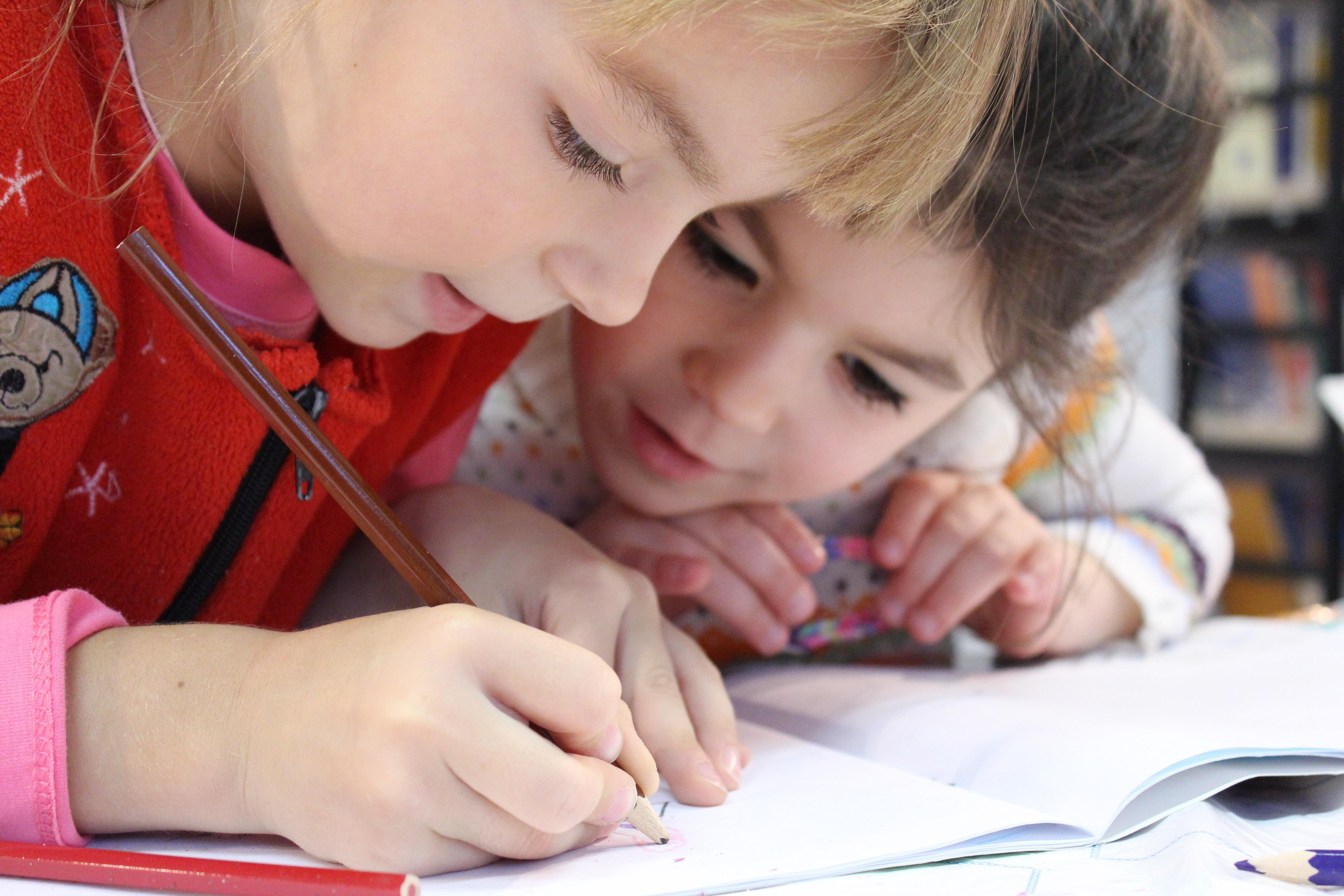 Skolbarn skriver