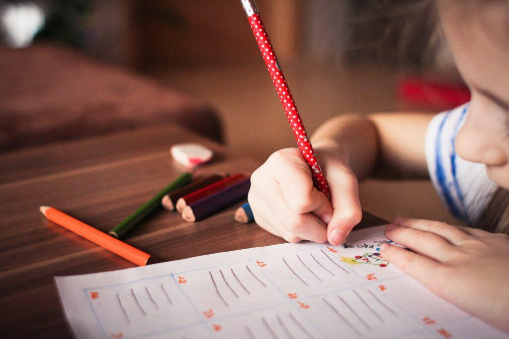 Barn skriver